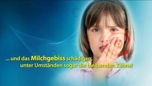 Eltern putzen Kinderzähne sauber